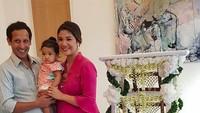 <p>Inilah anak pertama bos Go-Jek Nadiem Makarim dan Franka Franklin, Solara Franklin Makarim. Orang tuanya menggelar upacara tedak siti atau turun tanah karena Solara baru bisa berjalan. (Foto: Instagram/ @mamiehardo) </p>