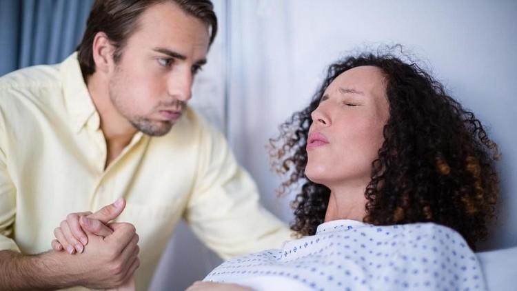 Beberapa pertimbangan harus dipikirkan sebelum ibu melahirkan mendapat episiotomi atau merobek jalan lahir.