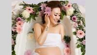 Presenter Moa Aeim juga glowing banget di maternity photo shoot ini. (Foto: Instagram/@nobelphotography/@moa_aeim)