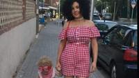 <p>Terkadang Pamela pakai wig agar rambutnya mirip dengan Hollie yang keriting. Lucu banget. (Foto: Instagram @along_came_hollie)</p>