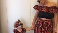 <p>Seru-seruan si kecil dengan berfoto pakai baju kembar sering dilakukan oleh bunda bernama Pamela dan putri kecilnya, Hollie Lawlor. (Foto: Instagram @along_came_hollie)</p>