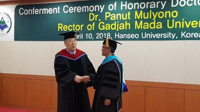 Rektor Universitas Gadjah Mada Prof. Dr. Panut Mulyono menerima gelar kehormatan Doktor Honoris Causa bidang pendidikan dari Universitas Hanseo, Korea Selatan.