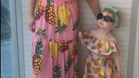 <p>Sama-sama pakai gaun nanas yang manis. Kompak! (Foto: Instagram @along_came_hollie)</p>