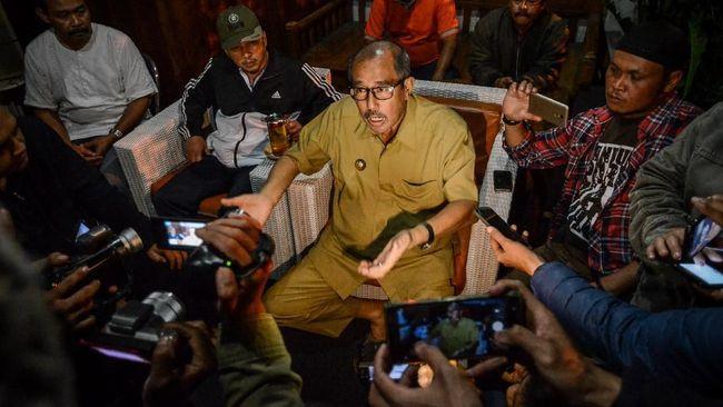 Abu Bakar menjanjikan jabatan sebagai imbalan bagi para pemberi duit sogokan, jika sang istri menang dalam Pilkada Bandung Barat 2018.