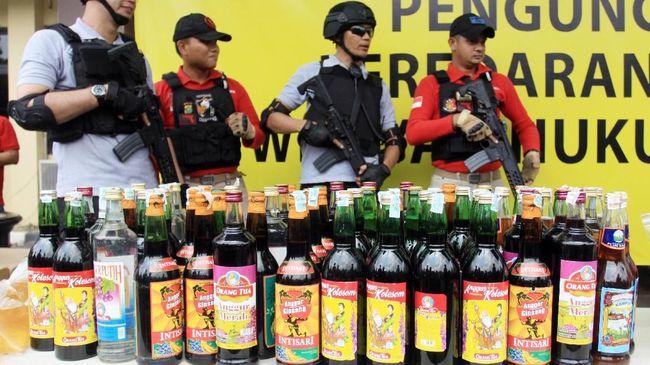 Polisi menggerebek pabrik di Cipondoh, Tangerang, dan menyita lebih dari lima ribu botol miras oplosan jenis vodka dan mansion palsu.