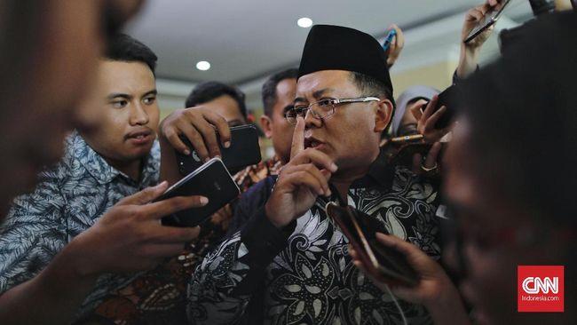 Presiden PKS Sohibul Iman terburu-buru masuk ke dalam gedung Polda Metro Jaya karena telat memenuhi panggilan pemeriksaan.