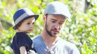 <p>Ini saat Ayah Justin jalan-jalan santai bersama si kecil Silas (Foto: Instagram @justintimberlake.daily)</p>