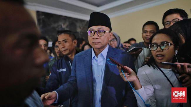 Zulkifli Hasan mendatangi rumah Prabowo Subianto, Rabu (11/3) sore. Dia menyerahkan undangan pelantikan pengurus PAN ke Prabowo.
