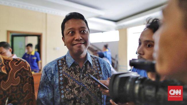 Wakil Sekretaris Jenderal PPP Achmad Baidowi menyatakan Romahurmuziy tak memenuhi panggilan KPK karena sedang berkunjung ke Jawa Tengah dan Yogyakarta.