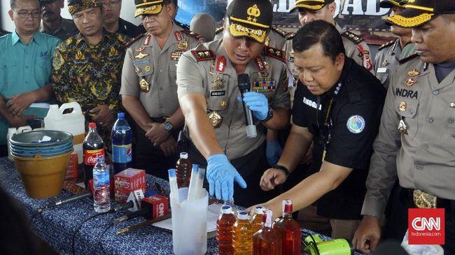 Polisi menemukan bungker tempat peracikan miras oplosan yang telah menewaskan puluhan orang saat menggeledah rumah tersangka di Cicalengka, Kabupaten Bandung, .