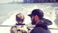 <p>Happy nih naik kapal bersama ayah. (Foto: Instagram @lovesjustintimberlake)</p>