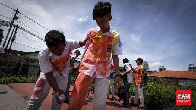 Sejumlah pelajar Sekolah Menengah Atas (SMA) mencorat-coret seragam usai hari terakhir ujian Nasional Berbasis Komputer (UNBK) di Jakarta, Kamis, 12 Maret 2018. UNBK berlangsung 9-12 April serentak di Indonesia. CNNIndonesia/Safir Makki