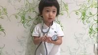 <p>Aih ada pak dokter kecil. (Foto: Instagram @deswitamaharani80)</p>