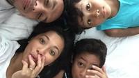 <p>Kebahagiaan mereka makin lengkap dengan kehadiran dua jagoan cilik. (Foto: Instagram @pongki_barata)</p>