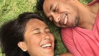 <p>Tatapan penuh cinta itu nggak berubah dari awal hingga detik ini. (Foto: Instagram @pongki_barata)</p>
