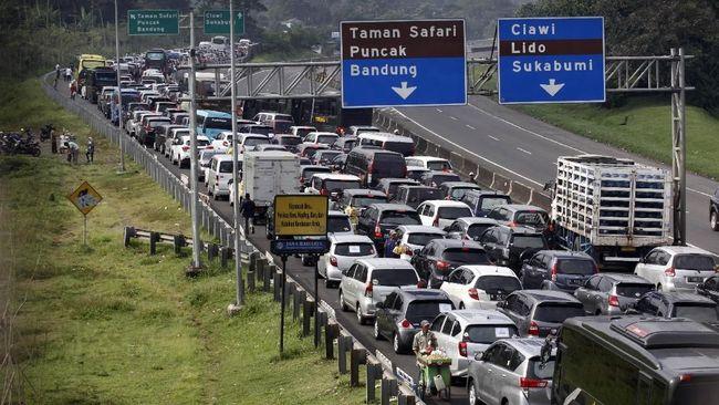 Kemacetan yang terjadi dari arah Jakarta-Puncak dan Cianjur-Puncak sudah terjadi sejak Sabtu (6/7) pagi.