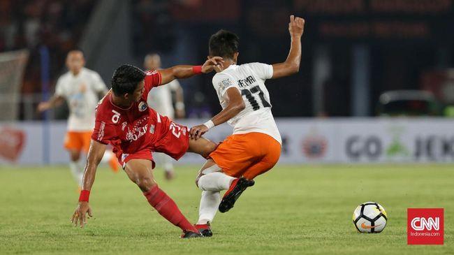 Persija Jakarta untuk sementara tertinggal 0-1 dari Madura United pada babak pertama lanjutan Liga 1 2018 di Stadion Utama Gelora Bung Karno, Sabtu (12/5).