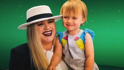 Cerita Kelly Clarkson Dapat Kritikan Pedas dari Putrinya