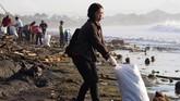 Warga bergotong royong membersihkan Pantai Sanur, Bali, yang dipenuhi dengan sampah kiriman yang didominasi oleh plastik akibat pergerakan arus laut.