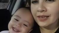 <p>Ini dia Mama Tia, sapaan Cynthia, bersama si cantik Ataya Tatjana Aisyah Putri. (Foto: Instagram @cynthia_lamusu)</p>