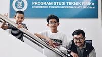 <p>Bersama dua jagoan jalan-jalan ke Institut Teknologi Bandung (ITB). (Instagram/praburevolusi)</p>
