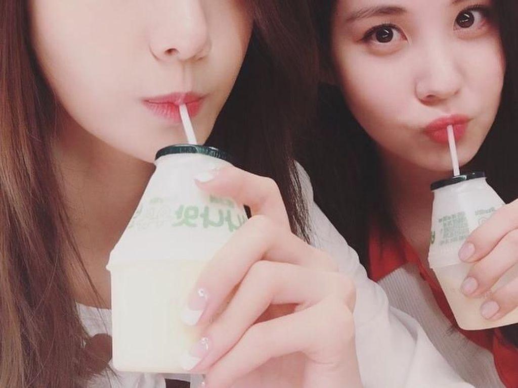 Duh, Yoona terlihat sangat manis saat minum susu pisang dalam kemasan bareng Seohyun SNSD. Minuman ini salah satu minuman favorit warga Korea Selatan, lho. Foto: Instagram @yoona__lim
