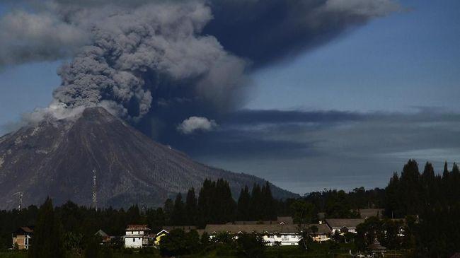 BPBD Kabupaten Karo mengimbau warga hindari zona merah setelah erupsi Gunung Sinabung sore ini.