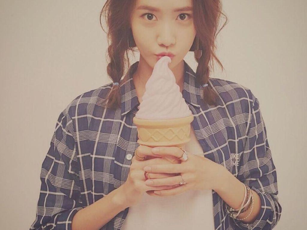 Waduh! Es krim cone nya gede banget. Sebelum dimakan, Yoona memilih untuk berpose dulu dengan es krimnya. Foto: Instagram @yoona__lim