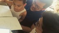<p>Di waktu luangnya, Ayah Prabu menemani si kecil belajar. (Instagram/praburevolusi)</p>