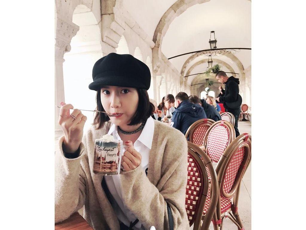 Saat tengah berkunjung ke Budapest, Hungaria, anggota girl band SNSD ini terlihat sedang berwisata kuliner. Minuman apa ya yang diminumnya kala itu? Foto: Instagram @yoona__lim