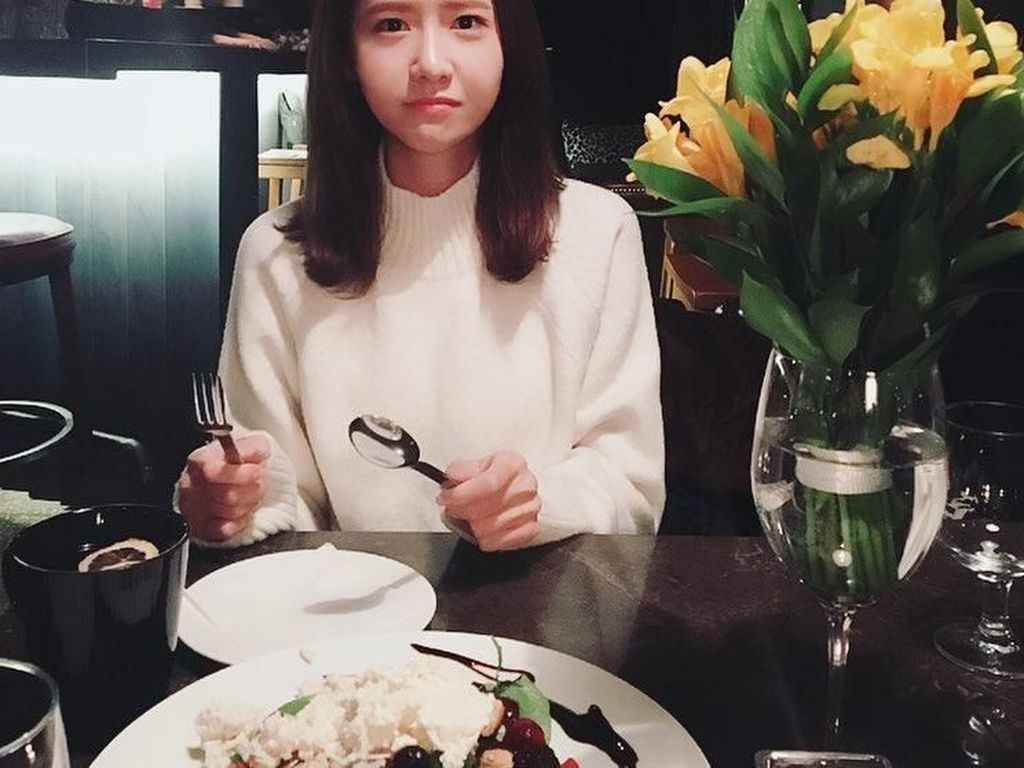 Terlihat sepiring besar besar salad buah dengan topping cottage cheese dan secangkir lemon tea hangat di meja Yoona. Tapi kok ekspresinya seperti orang sedih? Kenapa, ya? Foto: Instagram @yoona__lim