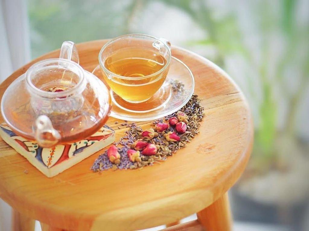 Kombinasi Yatas garden ytea dibuat dari mawar, lavender dan teh hijau bisa jadi teman bersantai sore. Harganya juga murah lagi, cuma Rp 10 ribu dan nambah Rp 5 ribu kalau ingin refill. Foto: Instagram @yata.indonesia