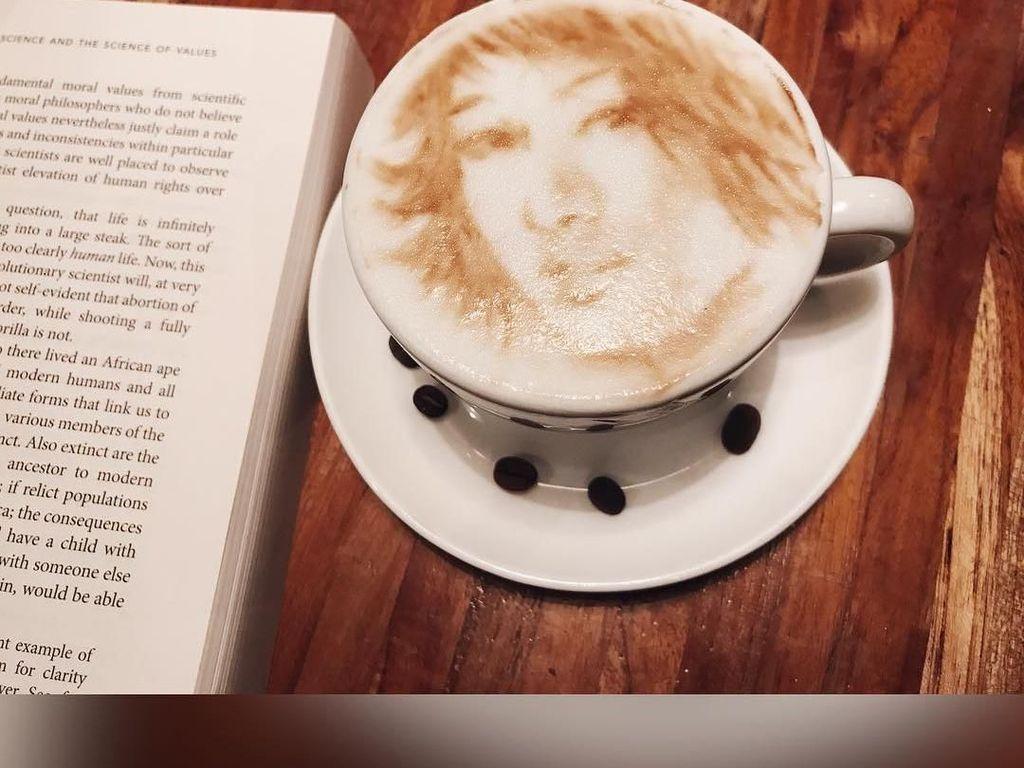 Dara manis yang hobi baca buku ini pernah minum segelas latte yang unik. Wajahnya terukir sebagai latte art. Thank you for this sweet latte art, tulis Sherina. Foto: Instagram @sherinasinna