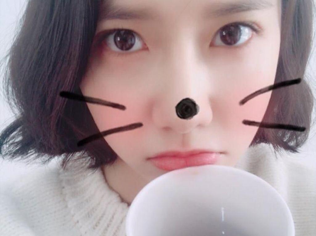 Sunyi, ini malam yang tenang. Dingin sekali, tulisnya. Ternyata kalau sedang kedinginan, Yoona memilih untuk menyesap secangkir kopi hangat. Foto: Instagram @yoona__lim