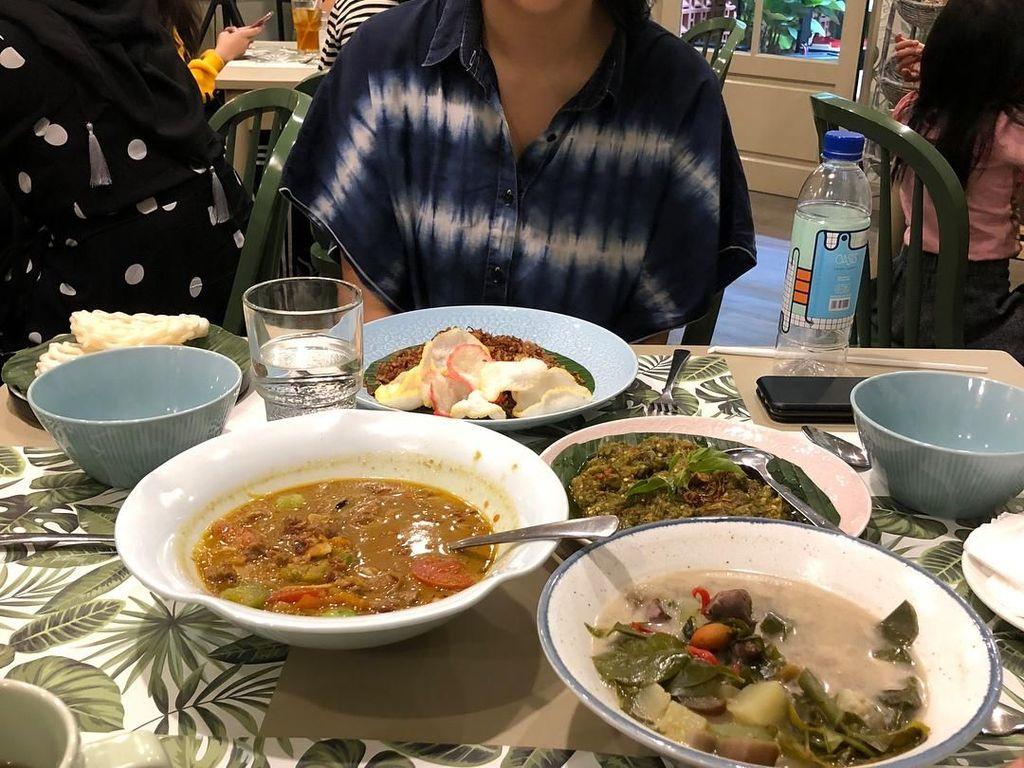 Wah makannya banyak banget ini. Ada sepiring nasi merah, semangkuk tongseng, sayur lodeh dan ayam sambal hijau. Eits Sherina juga suka makan pakai kerupuk nih. Foto: Instagram @sherinasinna