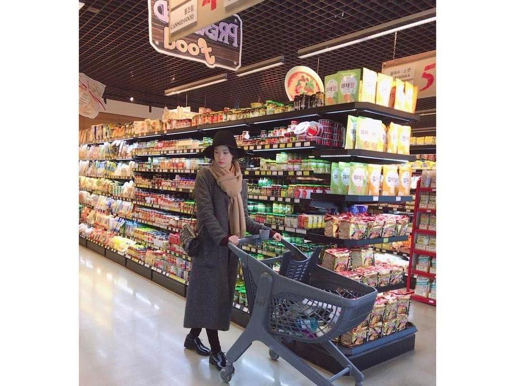 Nggak hanya doyan masak, penyanyi sekaligus aktris cantik ini juga membeli bahan-bahan untuk masaknya sendiri. Begini gayanya saat memilih bahan makanan.Foto: Instagram @yoona__lim