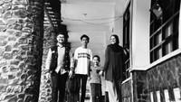 <p>Ini dia personel komplet keluarga Prabu Revolusi. (Instagram/praburevolusi)</p>