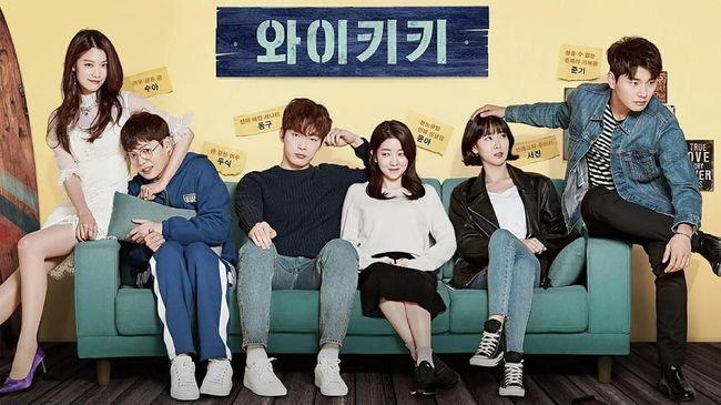 Dua bintang drama sitkom populer 'Laughter in Waikiki,' Lee Yi Kyung dan Jung In Sun dikonfirmasi berpacaran. Keduanya telah menjalin asmara selama setahun.