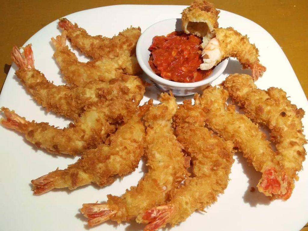 Kalau netizen @novita.jambe bikin udang tempura yang disandingkan dengan sambal terasi. Wah enak nih! Foto: Instagram