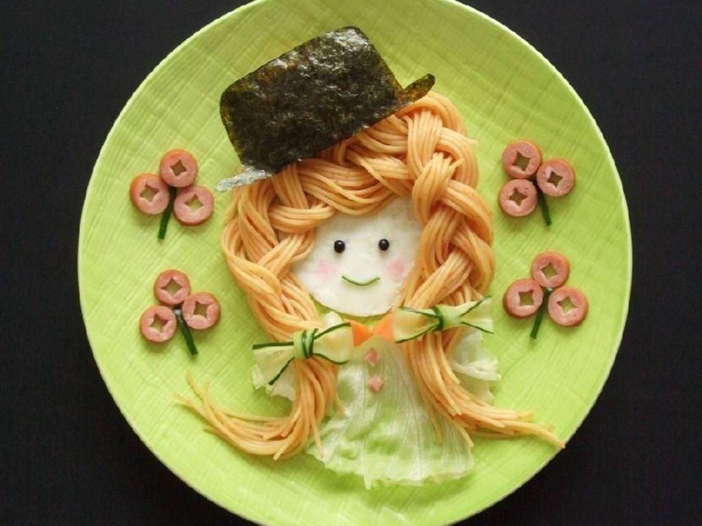 Ini dia spaghetti ala Rinon. Mie spaghettinya sengaja dikepang layaknya rambut lalu diberi aksesoris topi yang terbuat dari nori. Lucu! Foto: Instagram @rinonche