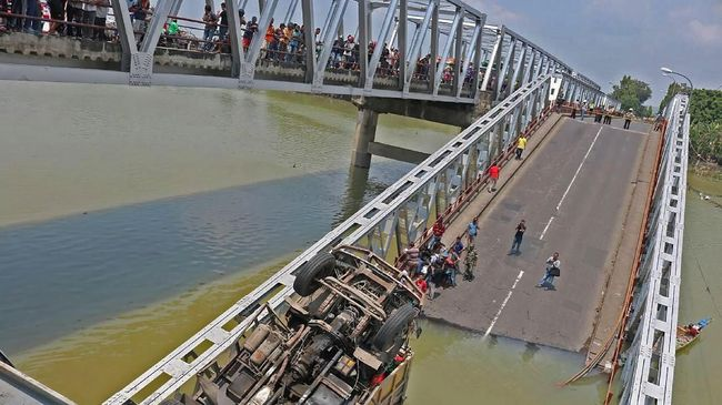 Kementerian Pekerjaan Umum dan Perumahan Rakyat (PUPR) menaksir kerugian materiil akibat ambruknya jembatan Widang antara Tuban-Lamongan mencapai Rp40 miliar.