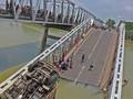 Jembatan Penghubung Tuban-Lamongan Ambruk, Tiga Truk Jatuh