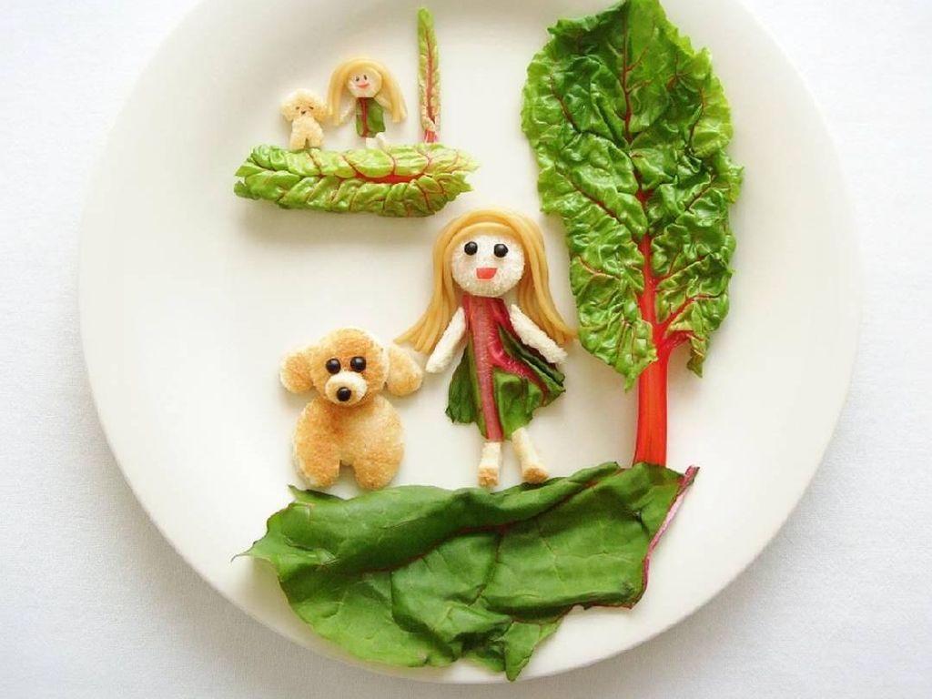 Bikin gemas! Sosok anak perempuan bersama anjingnya ini terbuat dari roti dan sayuran. Kalau dijadikan bekal, si kecil pasti suka. Foto: Instagram @rinonche