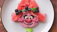 <p>Roti dan buah-buahan bisa disulap Bunda Laleh jadi si gadis cilik Poppy di film 'Troll'. (Foto: Instagram/ @jacobs_food_diaries) </p>