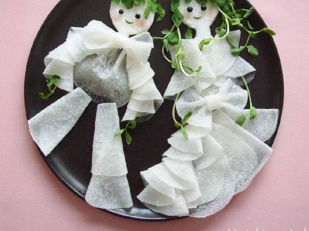 Japanese radish salad boy and girl, tulis akun @rinonche. Keren banget ya kreasi salad lobak putihnya kali ini. Terlihat seperti boneka yang mengenakan baju dari kain flanel. Foto: Instagram @rinonche