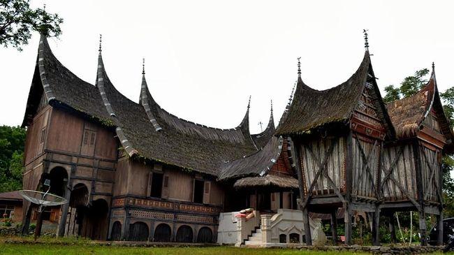Ziarah rumah gadang diawali makan bajamba atau makan bersama dengan menu Khas Ranah Minang, seperti rendang, gulai ayam, dan hidangan lebaran lainnya.