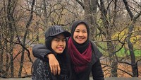 <p>Saat Bunda Alya dan Adjani liburan. Kompak banget deh gaya mereka. (Foto: Instagram/ @arohali)</p>