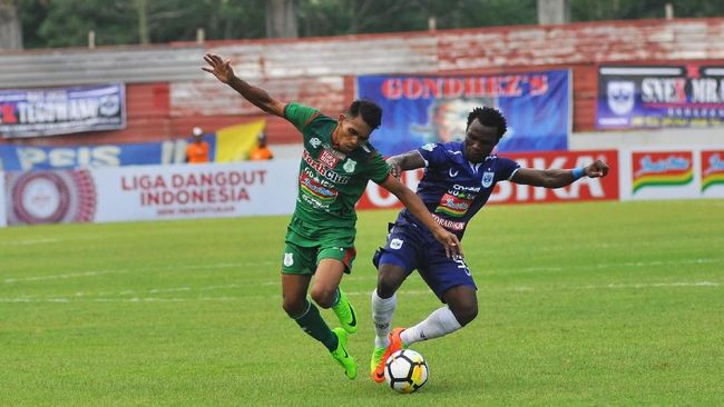 Bek sayap Persib Bandung Ardi Idrus memberikan wejangan kepada pemain baru Maung Bandung asal Ternate, Frets Butuan.