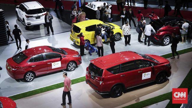 Gelaran otomotif tahunan Indonesia International Motor Show (IIMS) 2018 kembali digelar di  Jiexpo Kemayoran, Jakarta Pusat mulai 19 hingga 29 April 2018. Acara ini diikuti oleh 38 merek kendaraan dan lebih dari 350 perusahaan dengan target 525 ribu pengunjung dan target transaksi mencapai Rp 3,3 triliun. CNNIndonesia/Safir Makki