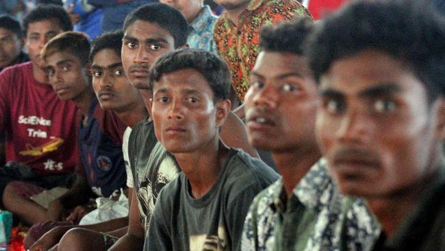 Bangladesh memulai proses pengiriman 922 pengungsi Rohingya ke pulau terpencil yang dikenal rawan badai dan banjir.